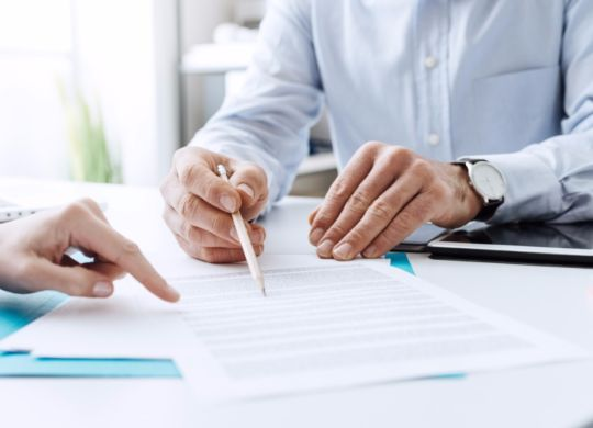 business-people-negotiating-a-contract-picture-id586750982